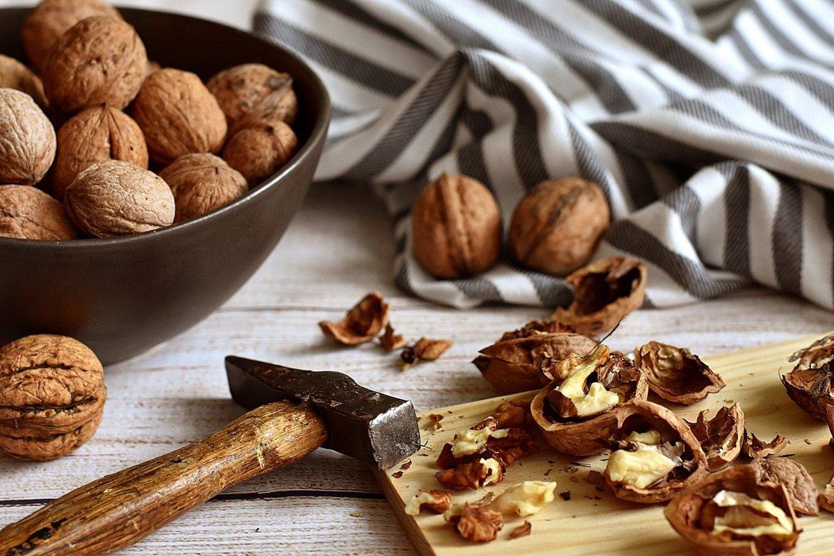 Abriendo nueces para obtener el fruto comestible