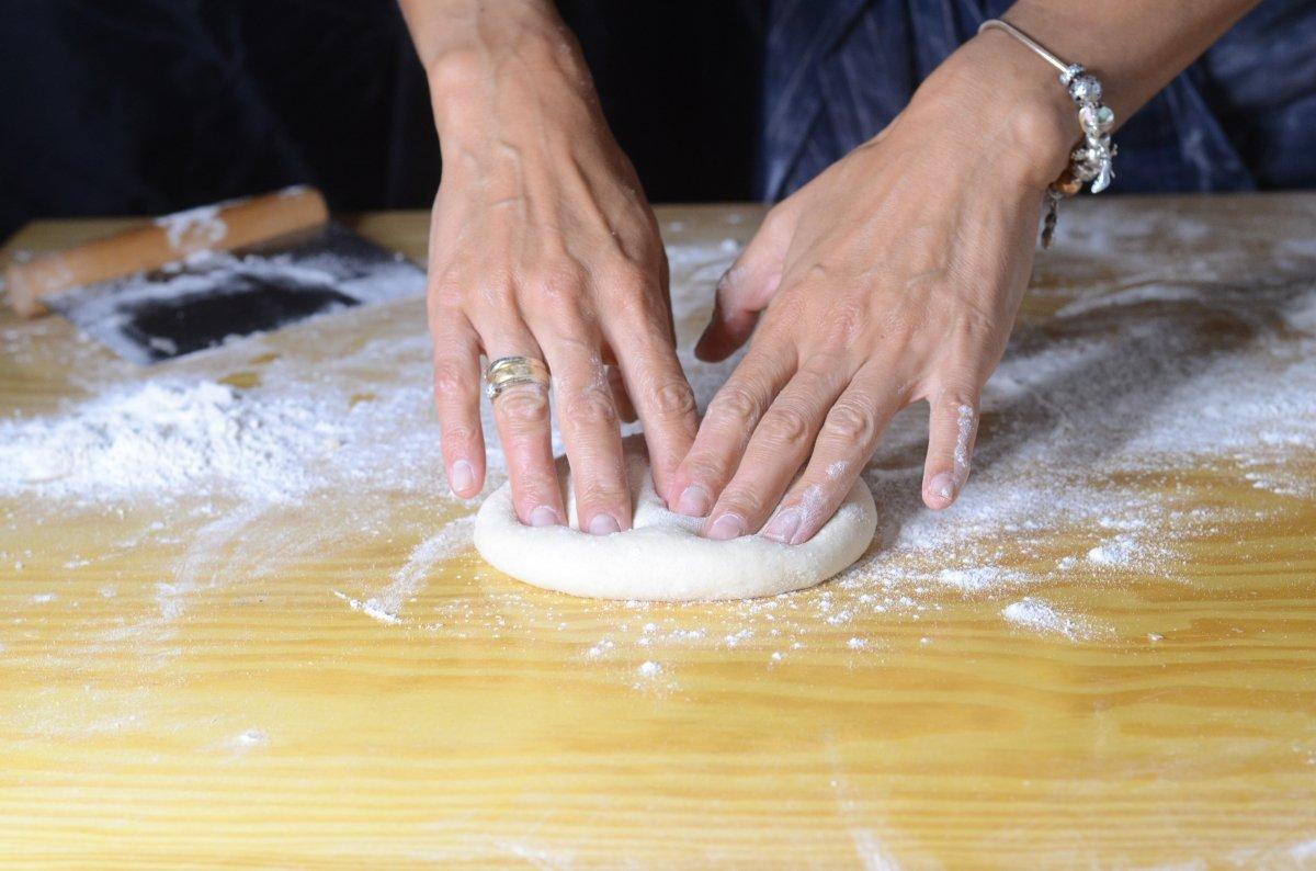 Abrimos la pizza con las manos