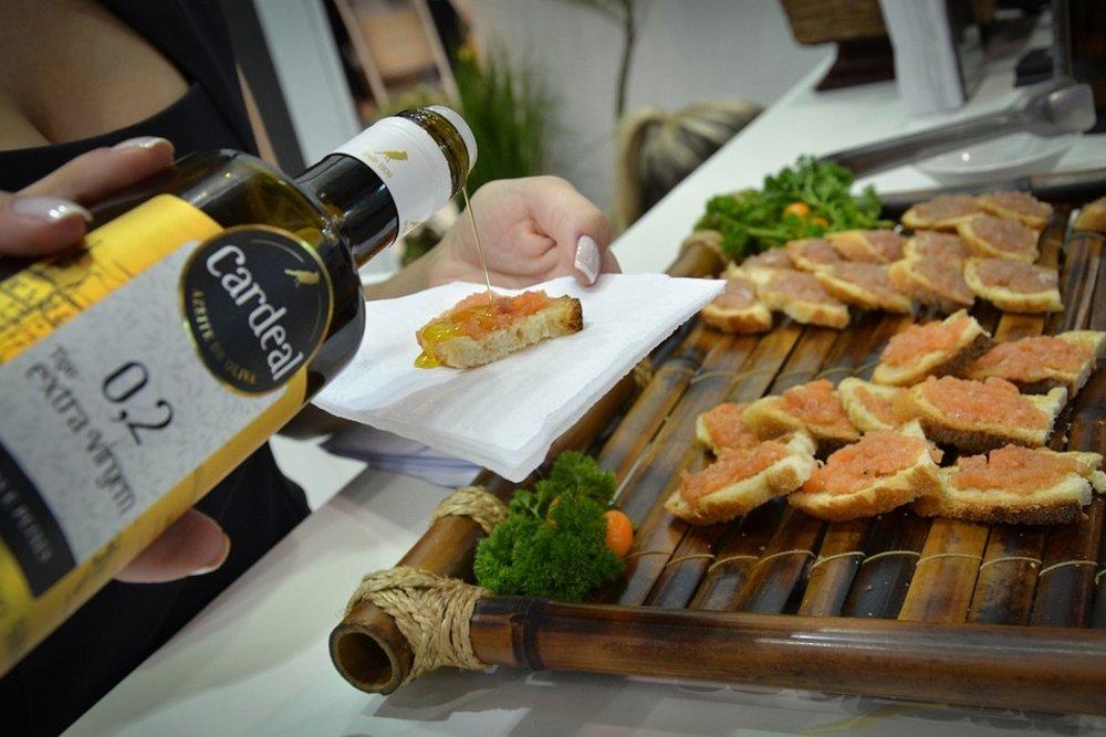 Aceite de oliva virgen extra sobre una tostada