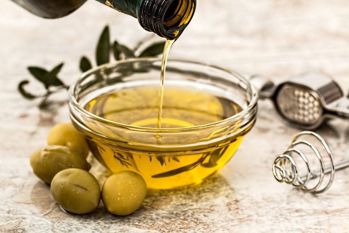 Aceite de oliva en cuenco