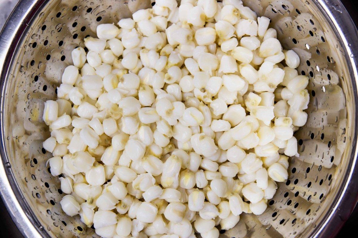 Aclarar el maíz pozolero para el pozole verde