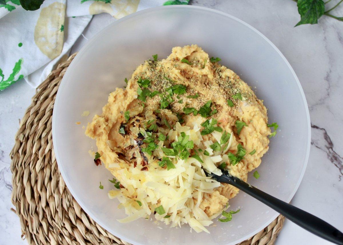 Adición a la mezcla de la masa de las croquetas los demás ingredientes
