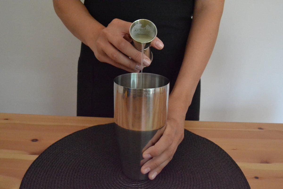 Agregamos el zumo de limón al cóctel Gin Fizz