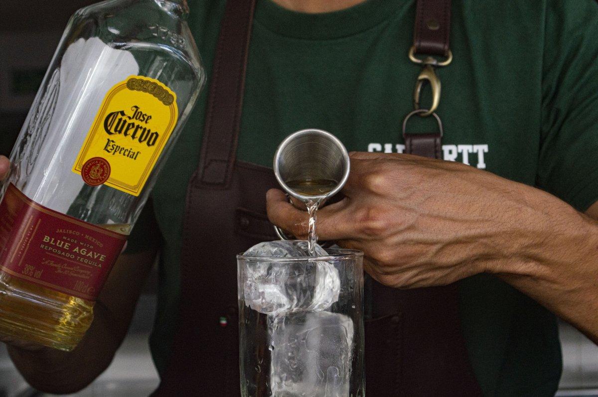 Agregando tequila al Tequila Sunrise