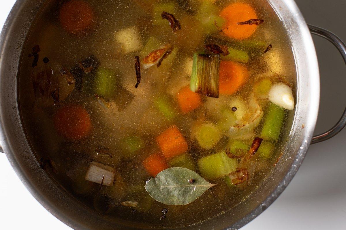 Agregar agua, laurel y pimienta