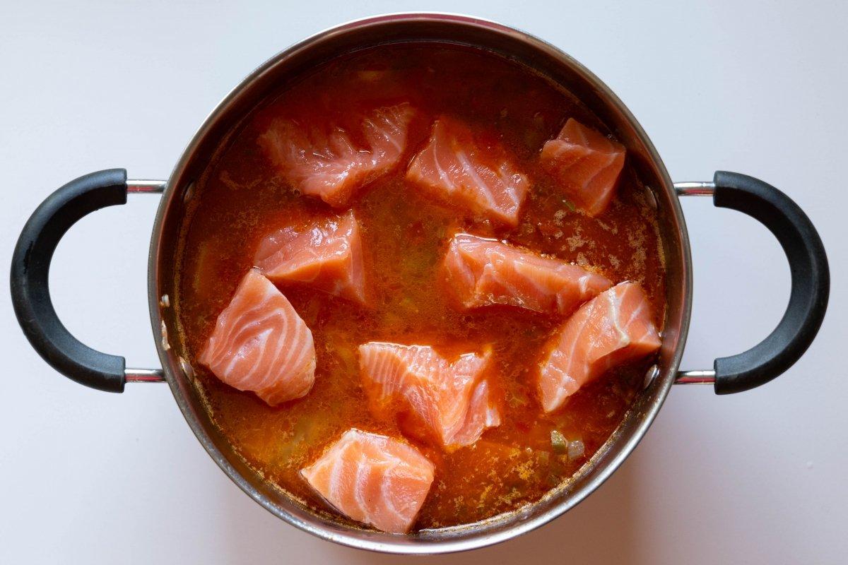 Agregar el salmón cortado en trozos