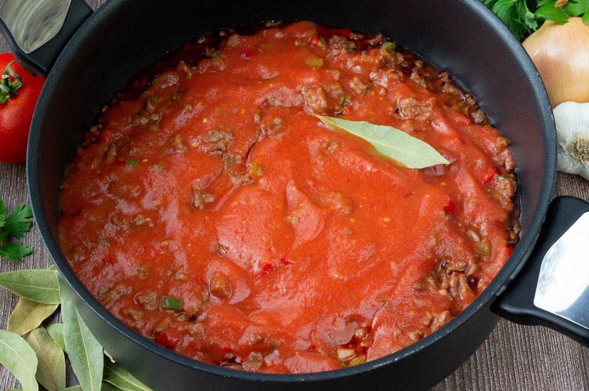 Agregar el tomate a la carne picada