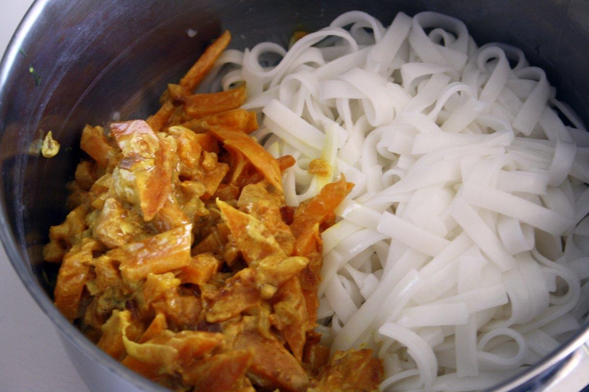Agregar la mezcla a los noodles