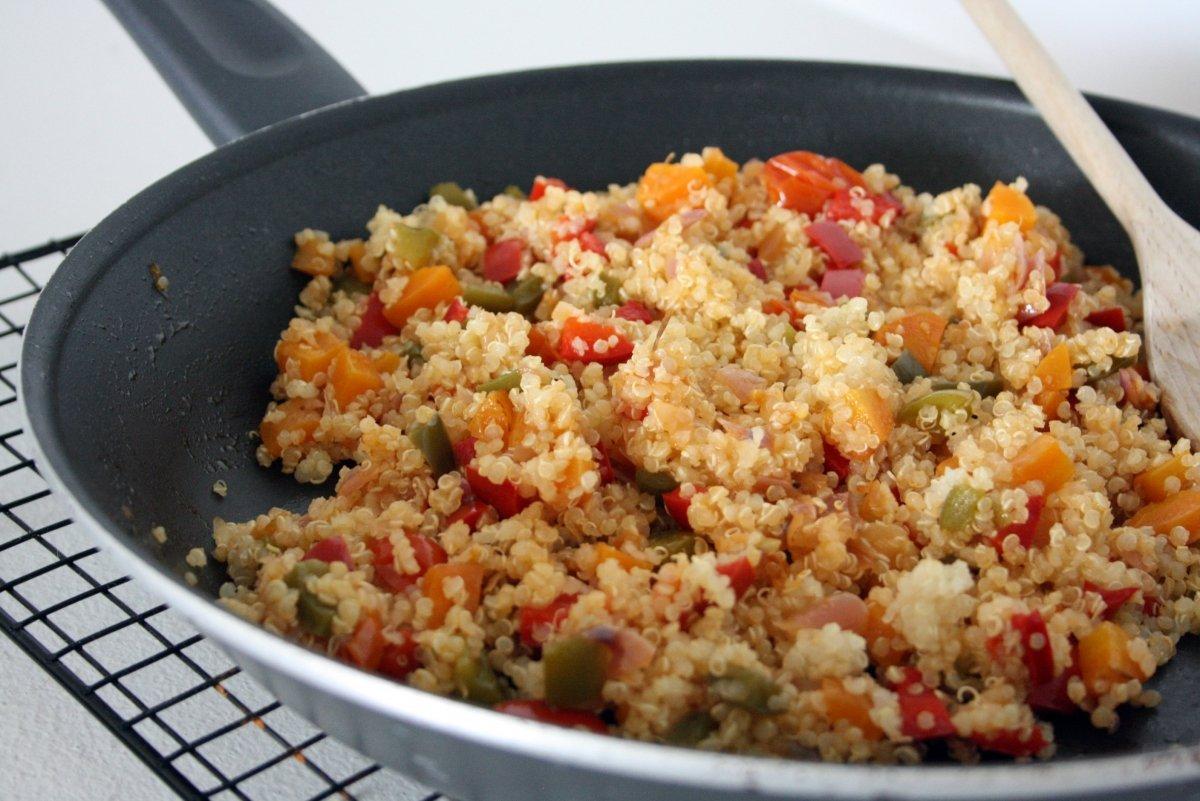 Agregar la quinoa en la sartén