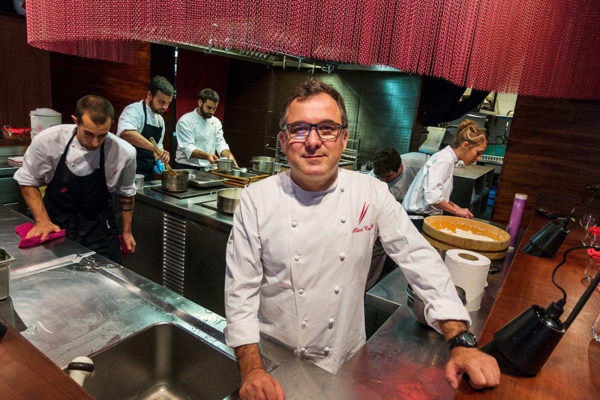 Albert Raurich en la cocina de su restaurante Dos Palillos
