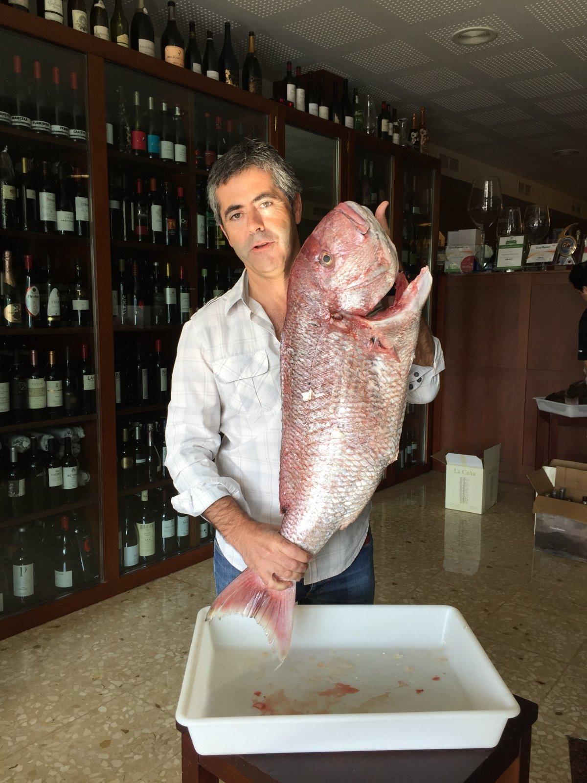 Alberto Domingo con una gran captura para el restaurante D'Berto