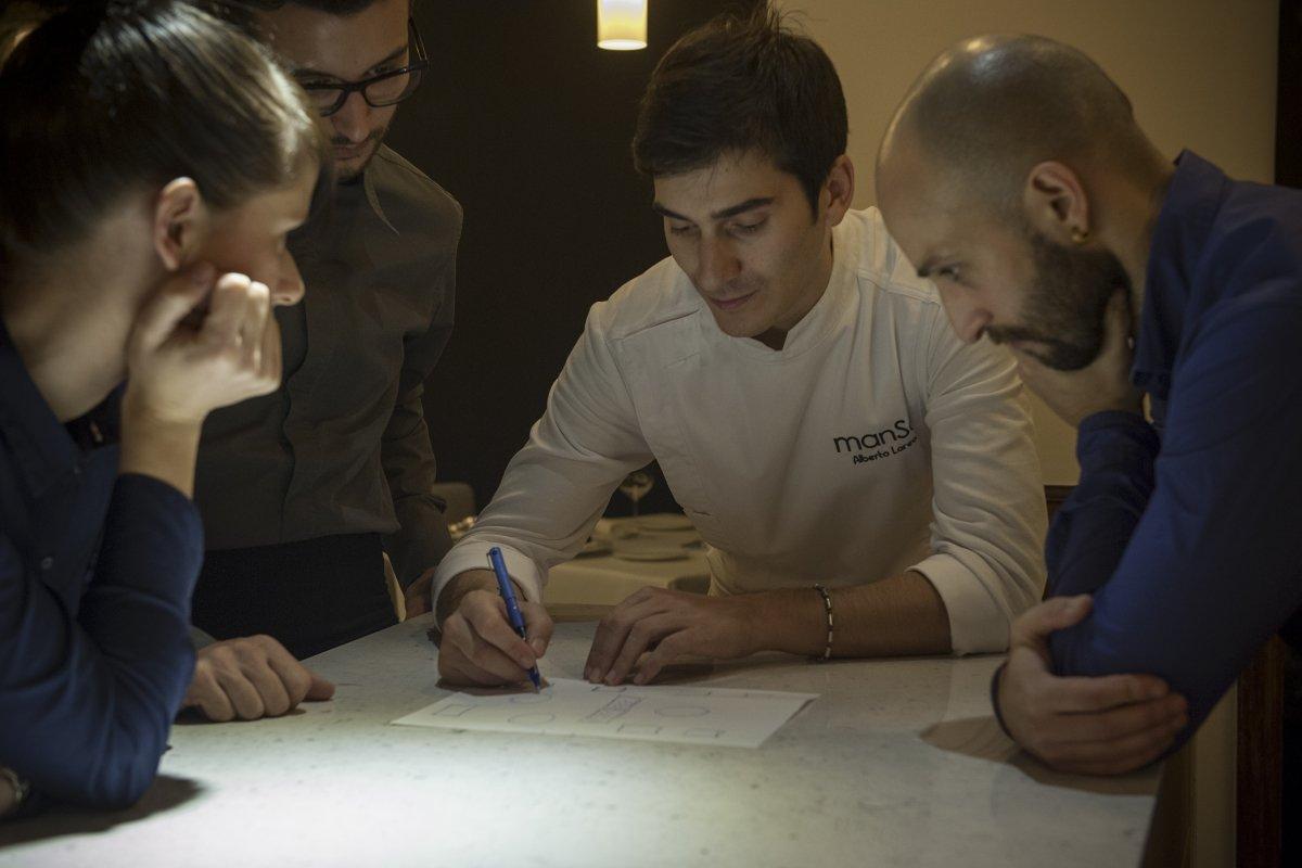 Alberto Lareo junto a su equipo en el restaurante Manso