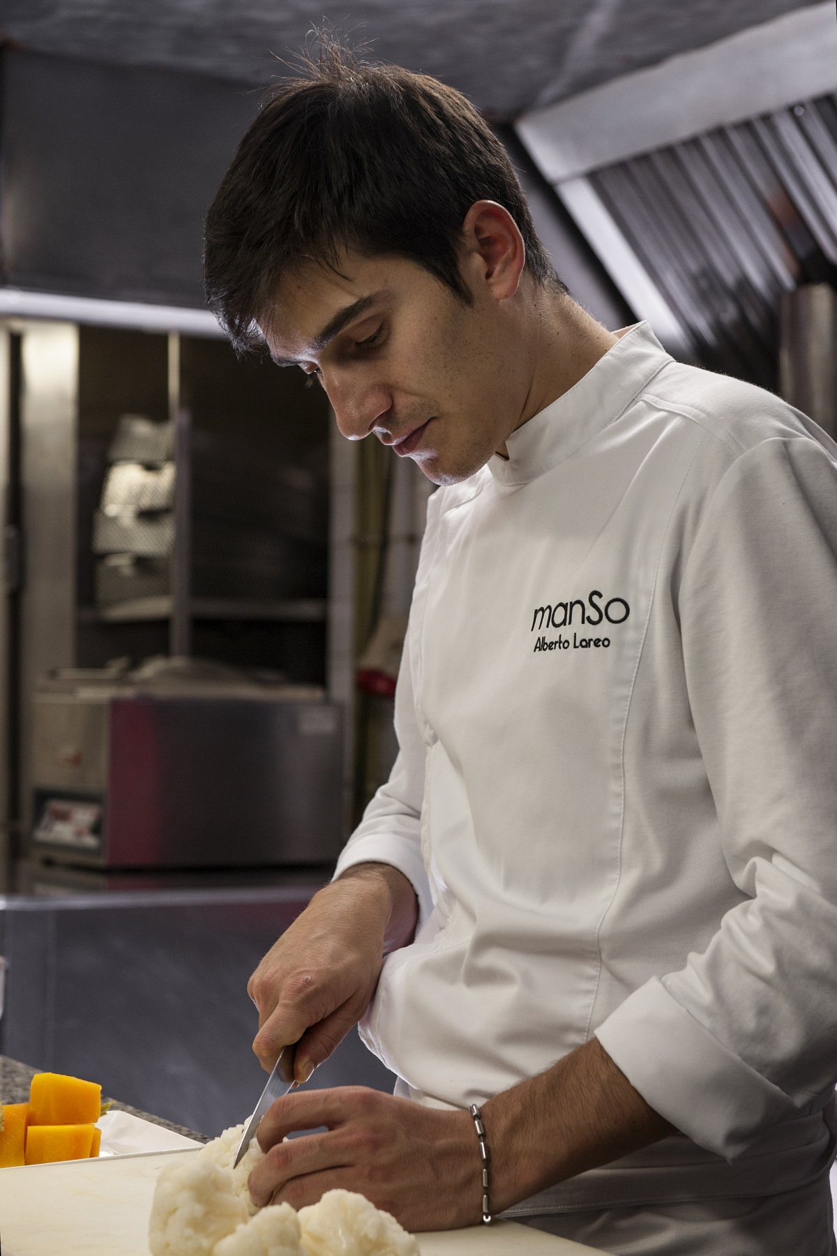 Alberto Lareo trabajando en la cocina de Manso