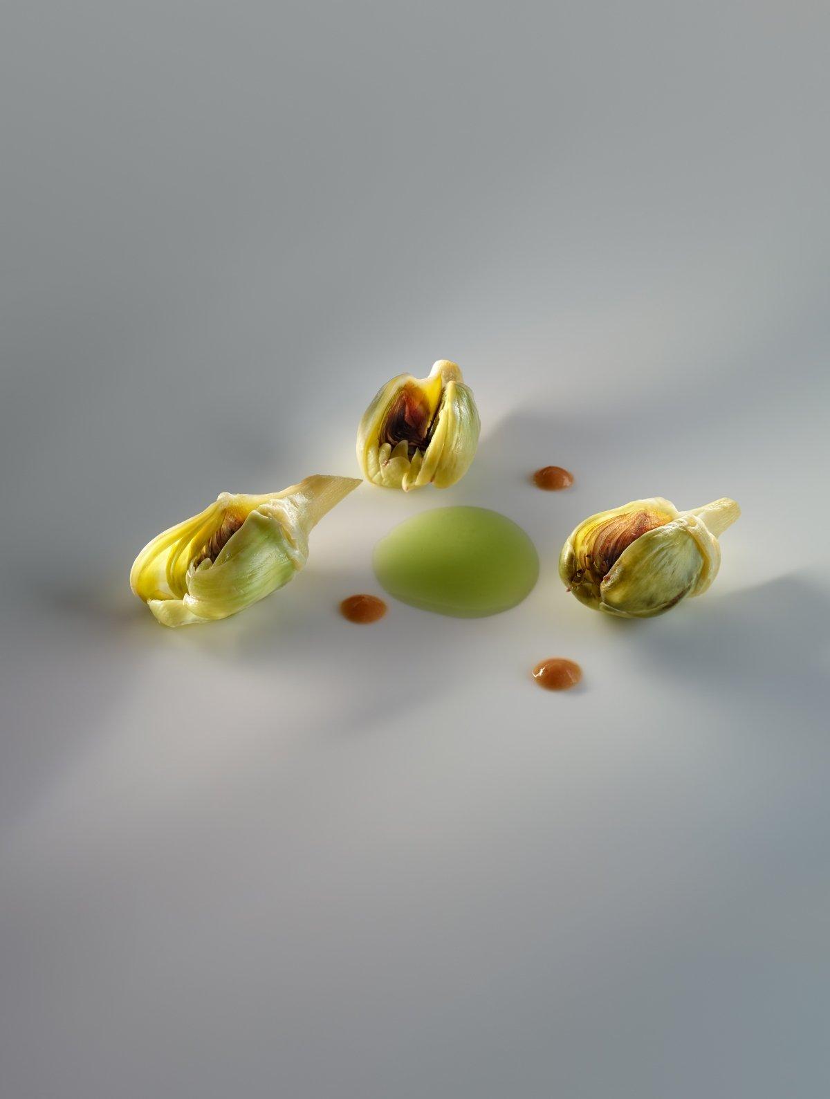 Alcachofas confitadas, praliné, fondo de jamón ibérico, hierbas aromáticas de Nerua