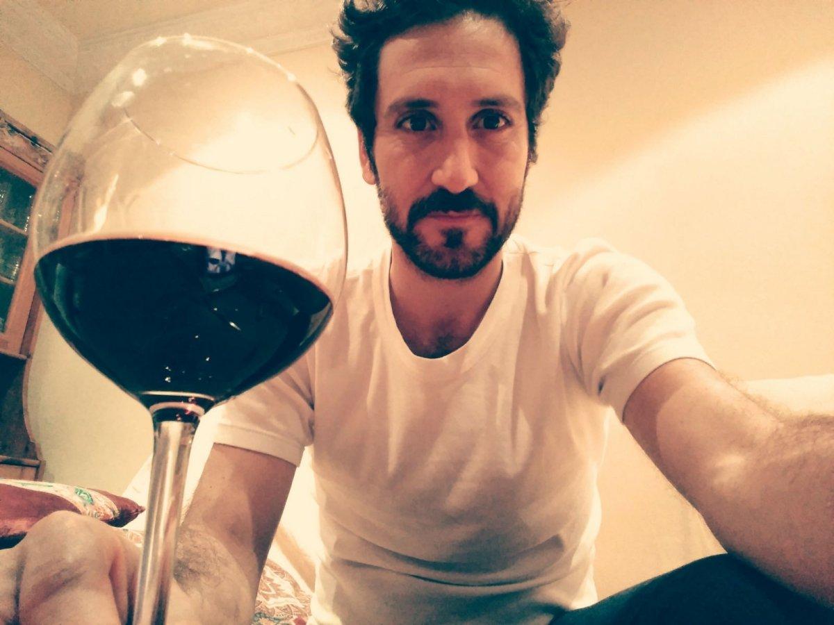 Álex Gadea disfrutando de una copa de vino