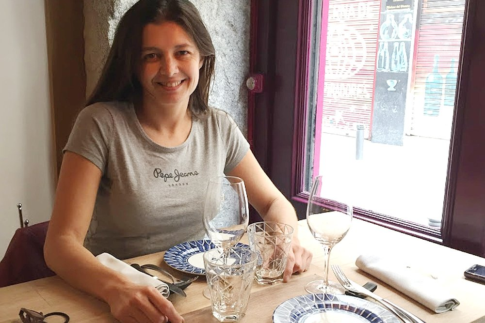 Alexandra Sumasi sentada a la mesa