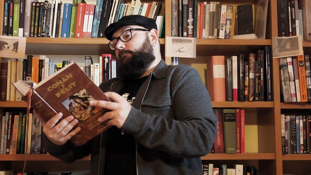 Alfredo Álamo con un ejemplar de Conan y Belit en la mano