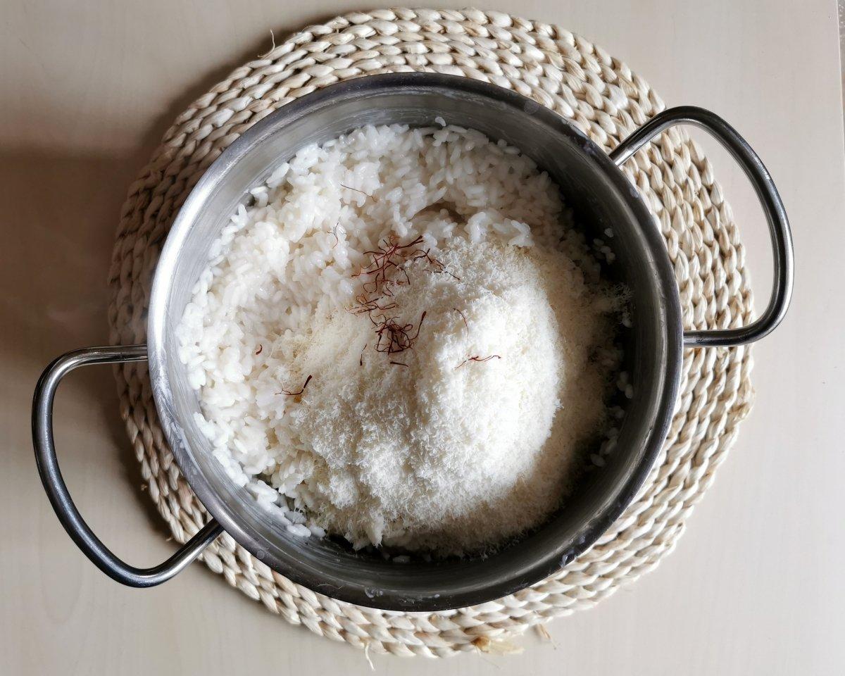 Aliñar el arroz cocido con un poco de azafrán y el queso rallado.