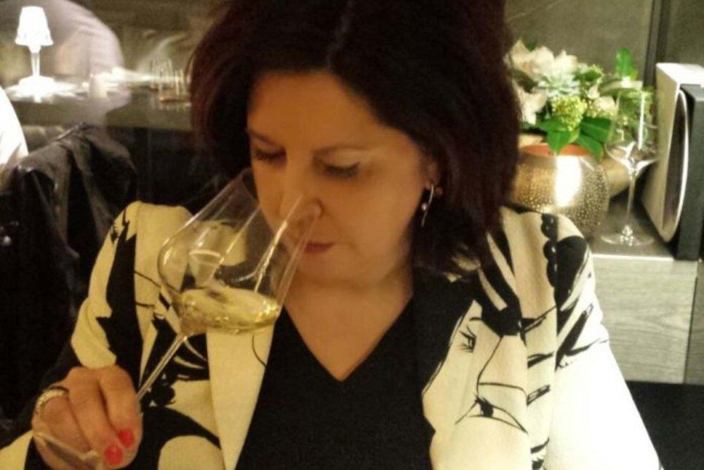 Ana Belén Toribio sujeta una copa