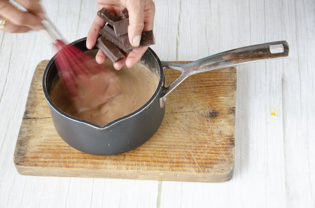 Añadiendo el chocolate a la mezcla