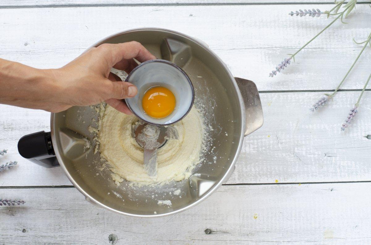 Añadiendo el huevo a la masa
