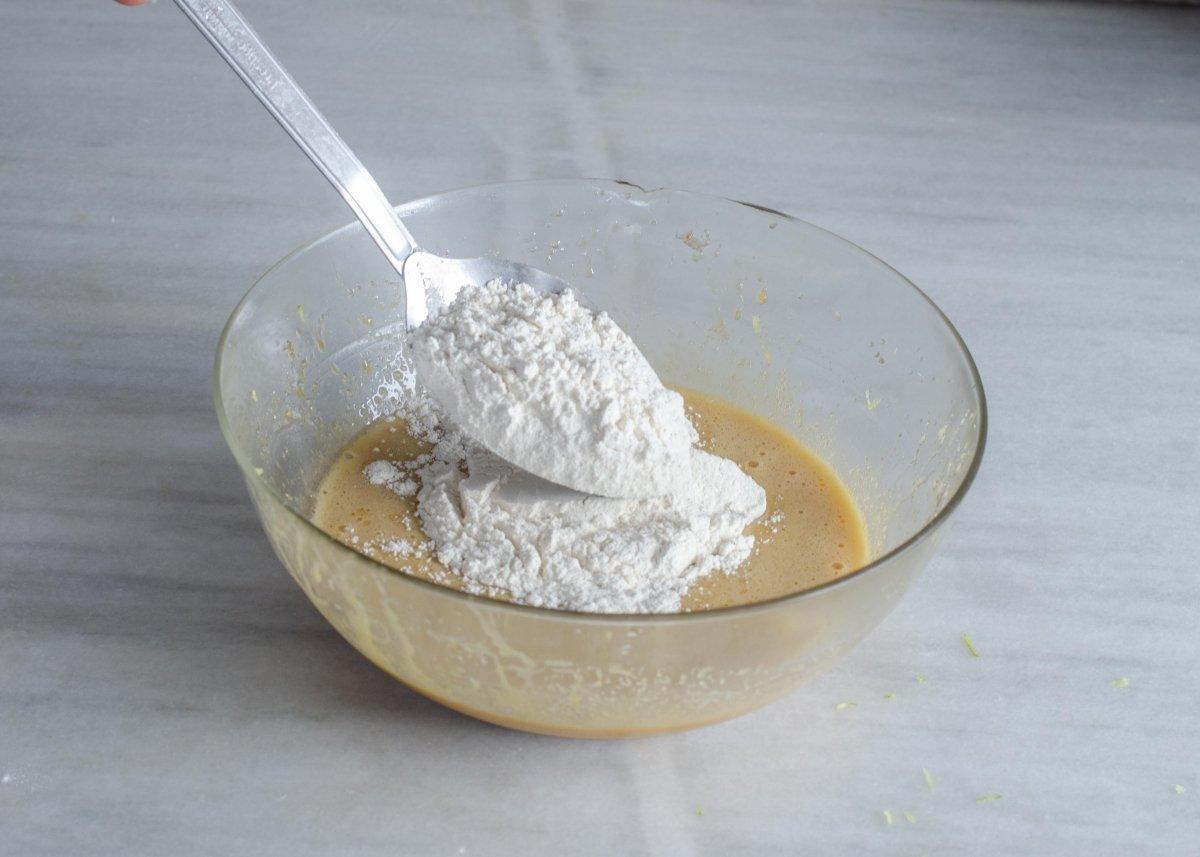 Añadiendo harina a la mezcla