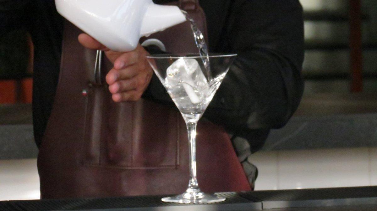 añadiendo hielo y agua para enfriar la copa