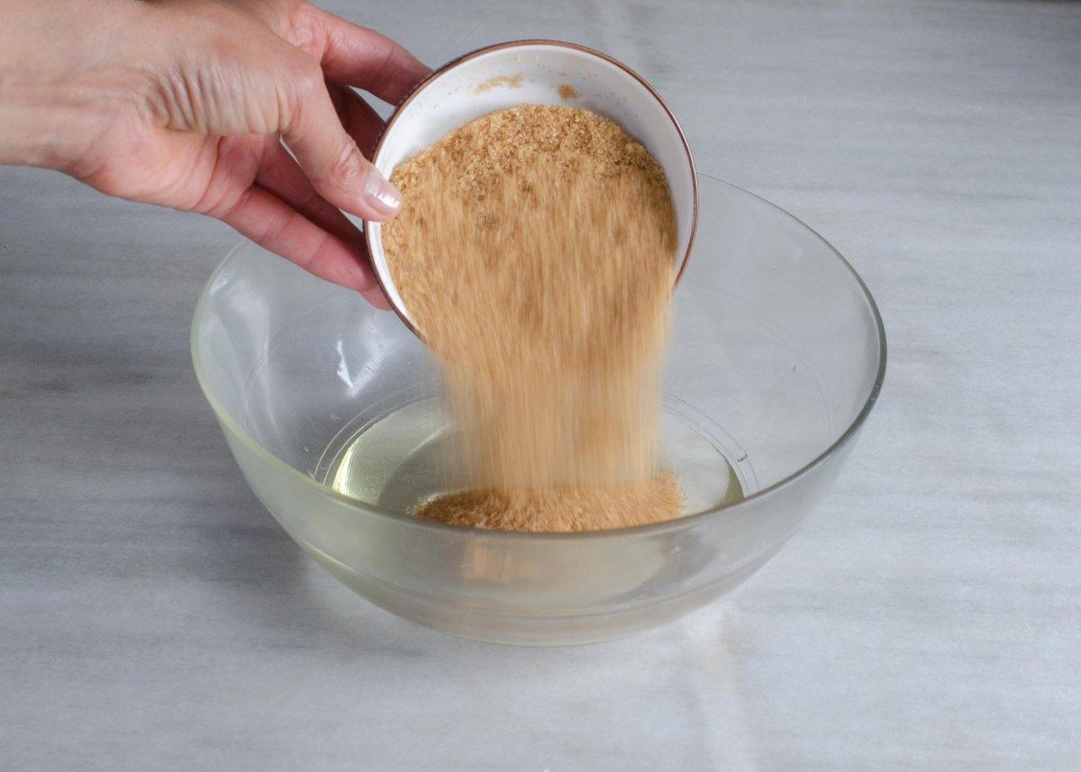Añadiendo ingredientes al bol