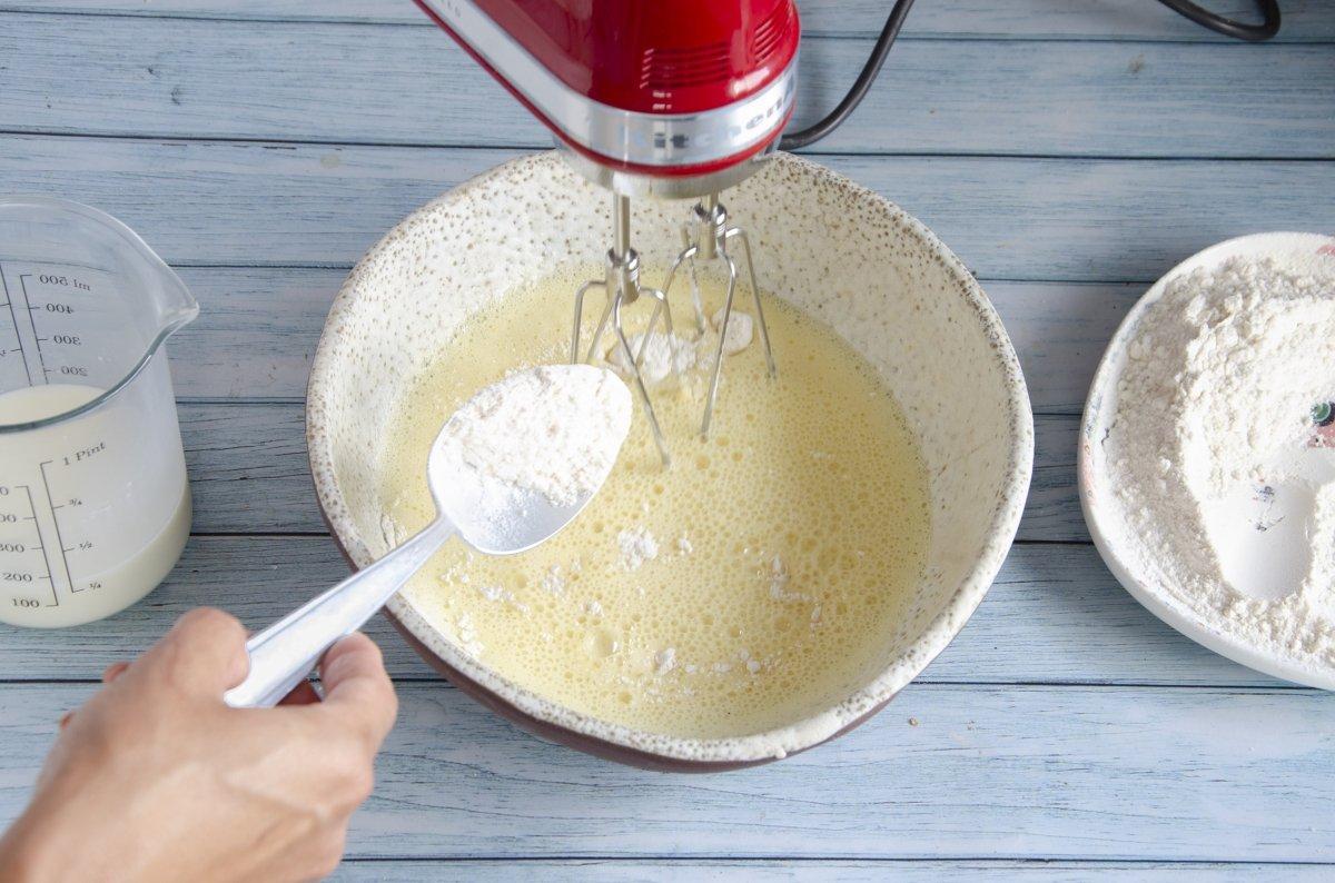 Añadiendo la harina a la masa poco a poco