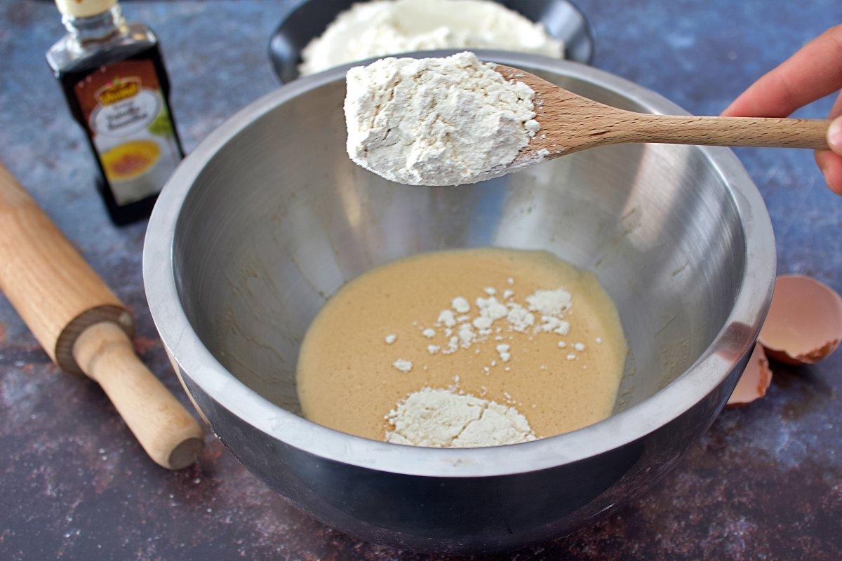 Añadiendo la harina a los ingredientes batidos de las galletas María