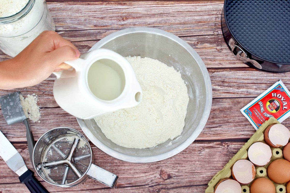 Añadiendo la leche del bizcocho de dulce de leche con los ingredientes secos