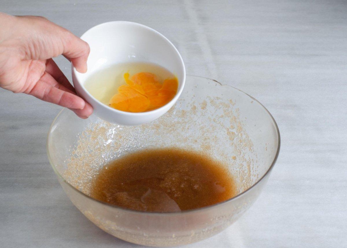 Añadiendo los huevos