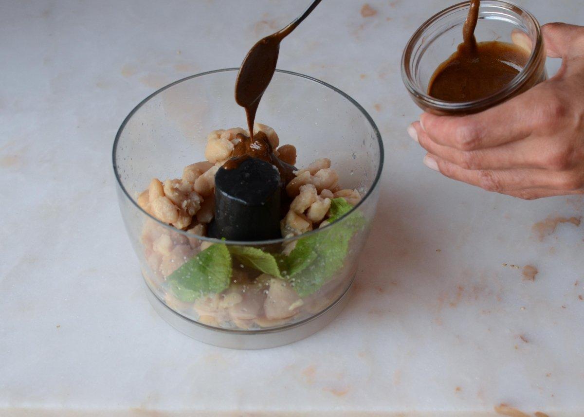 Añadiendo tahine para hacer el humus