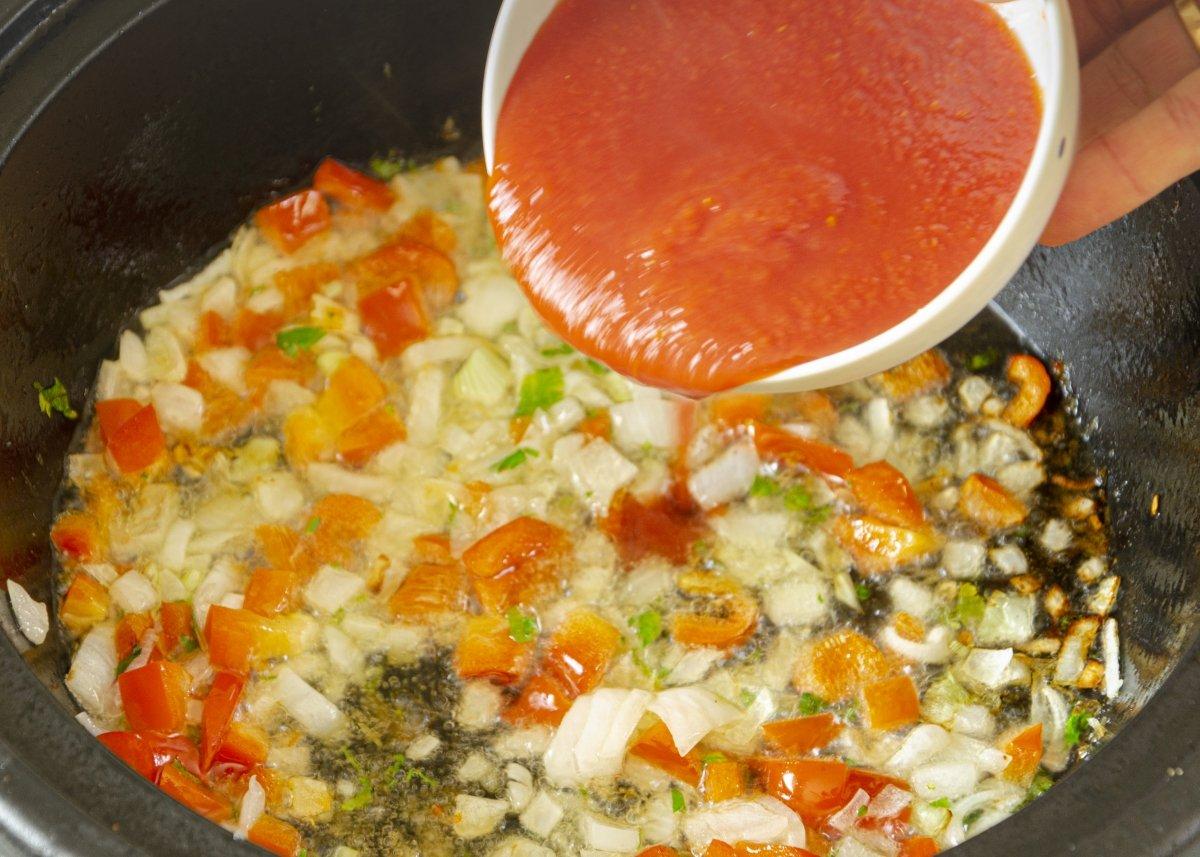 Añadimos el tomate triturado al guiso