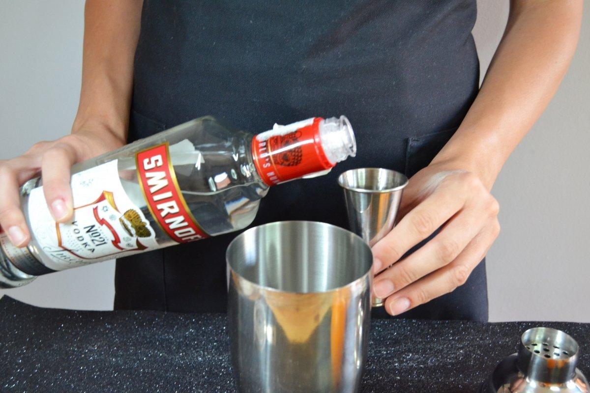 Añadimos el vodka de la marca que prefiramos