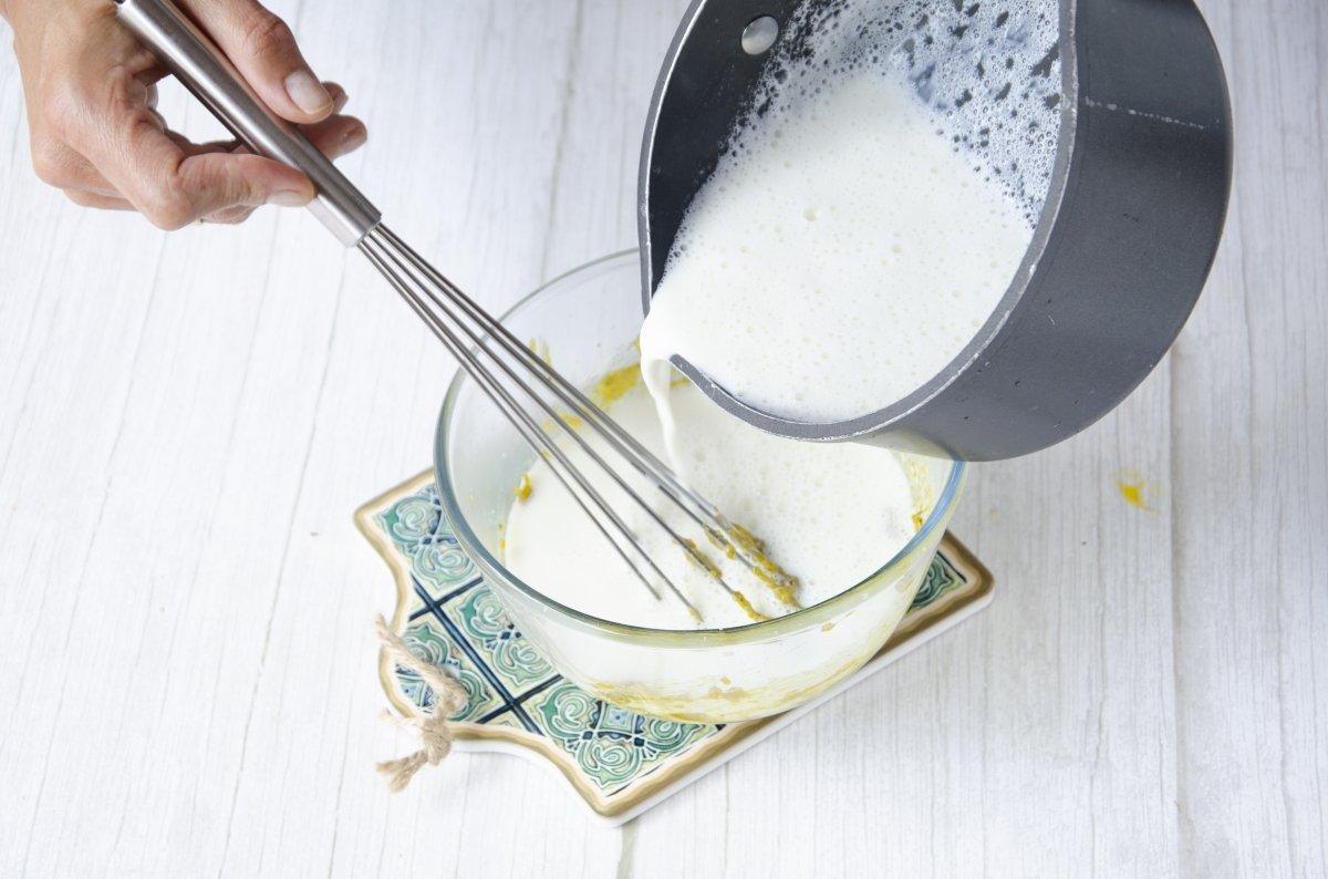 Añadimos la leche a la crema de pistachos