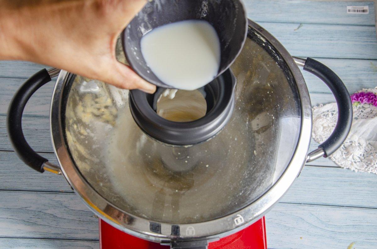 Añadimos la leche a la crema del helado de platano