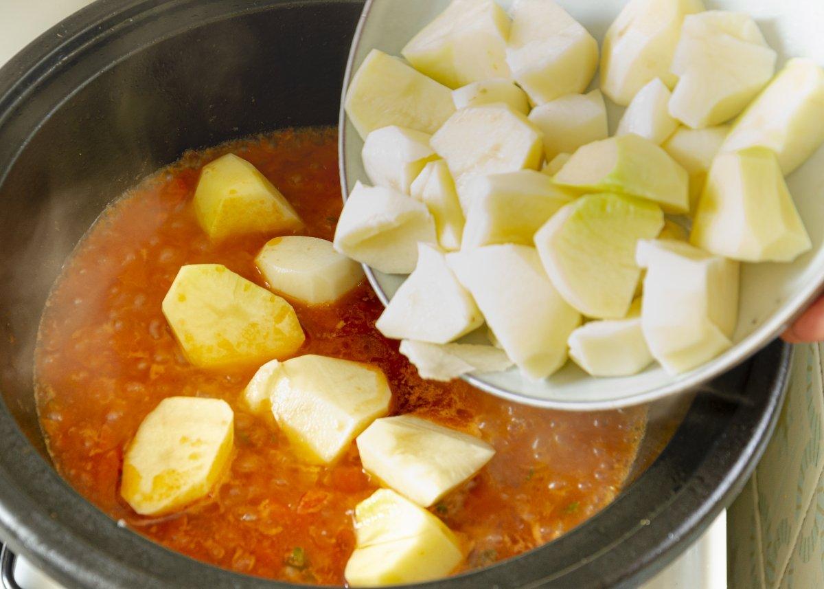 Añadimos las patatas al guiso
