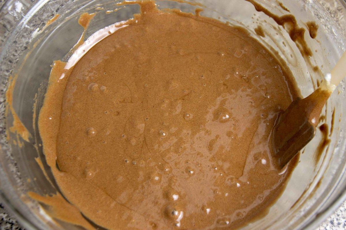 Añadir a la masa el chocolate mezclado con la mantequilla