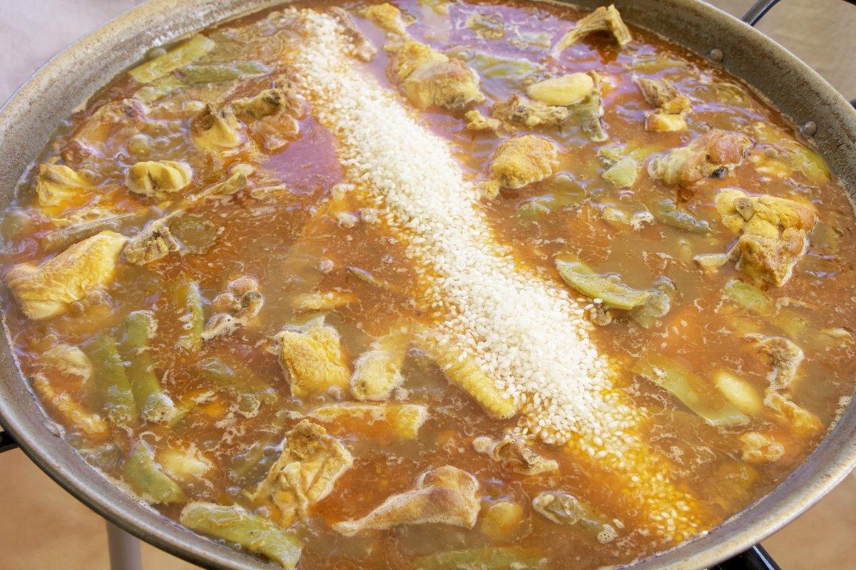 Añadir el arroz de la paella