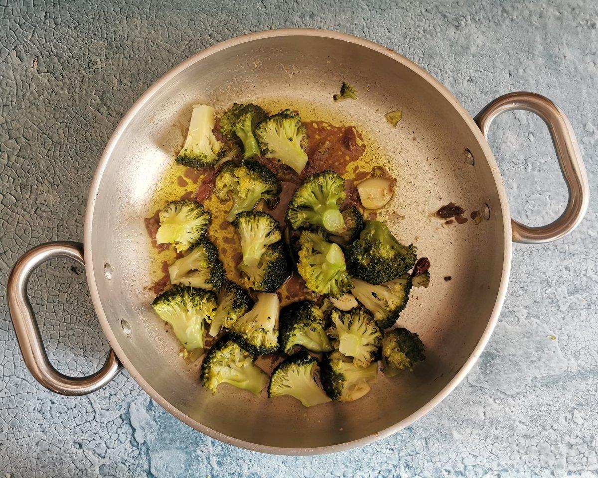 Añadir el brécol hervido a la sartén