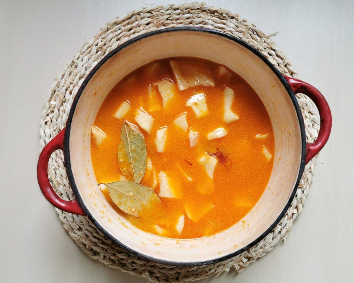 Añadir el caldo y un poco de agua templada con el azafrán.