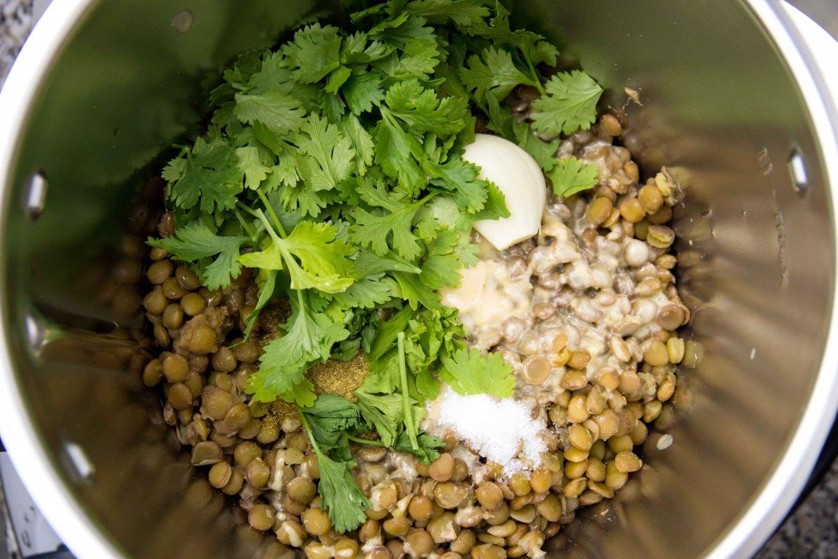 Añadir el cilantro, el aove y el zumo de medio limón para el hummus de lentejas