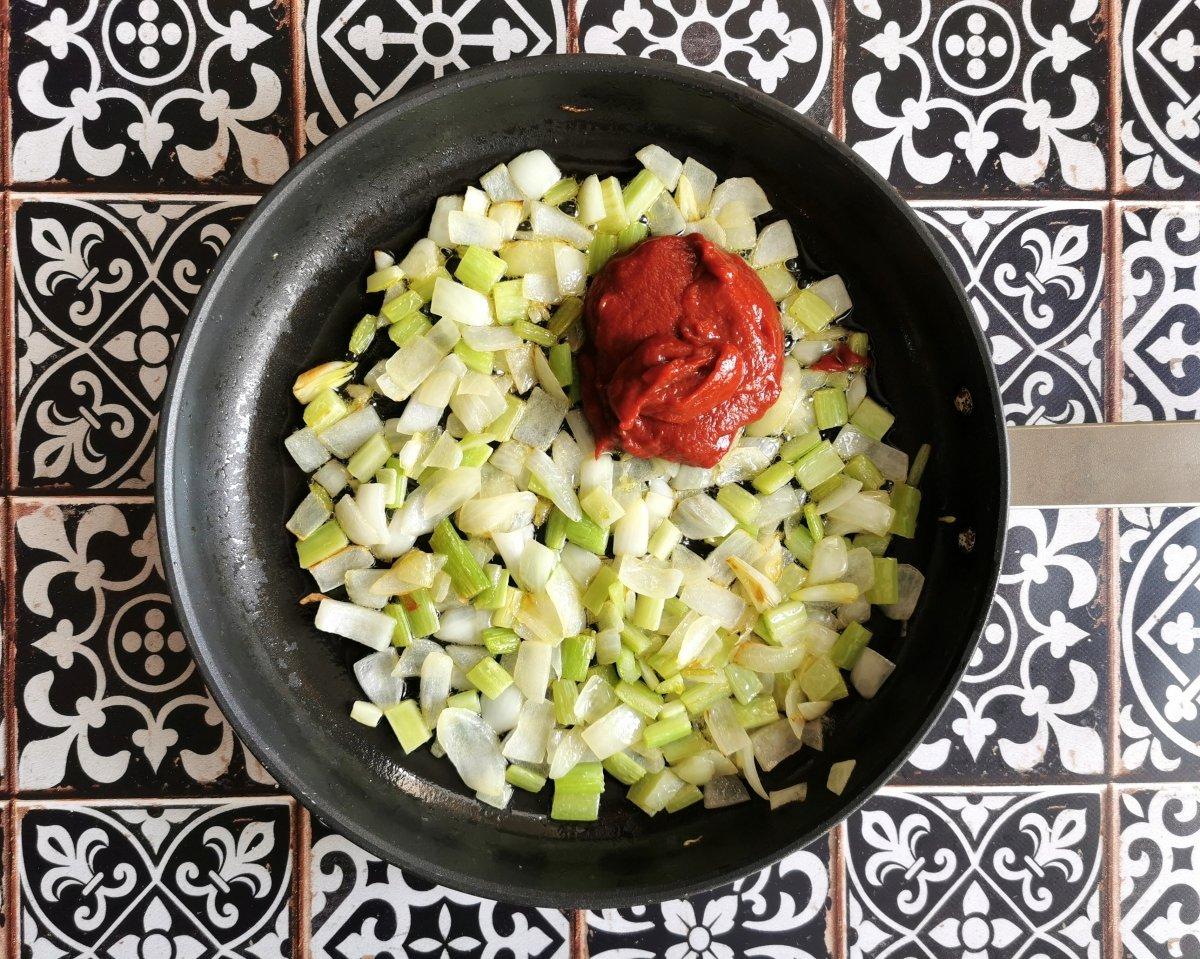 Añadir el concentrado de tomate con un par de cucharadas de agua
