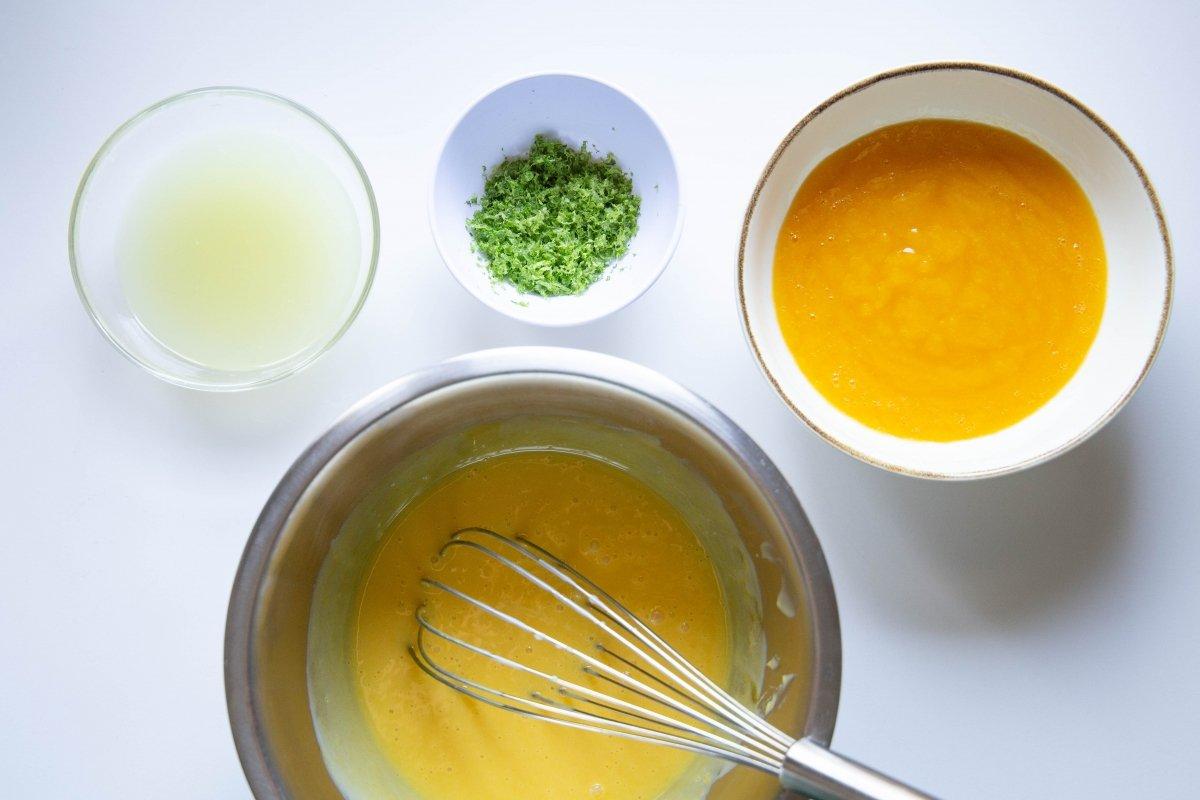 Añadir el mango y las limas