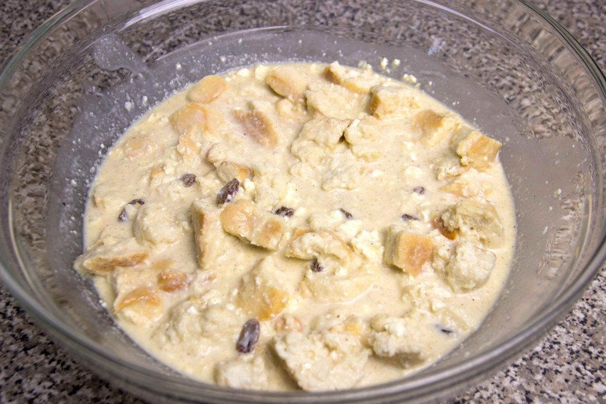 Añadir el pan, el queso, las pasas y el ron a la mezcla