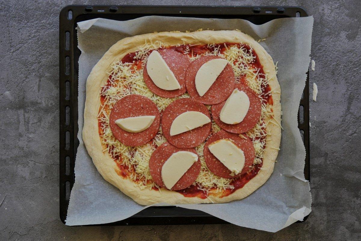 Añadir el resto de ingredientes a la pizza