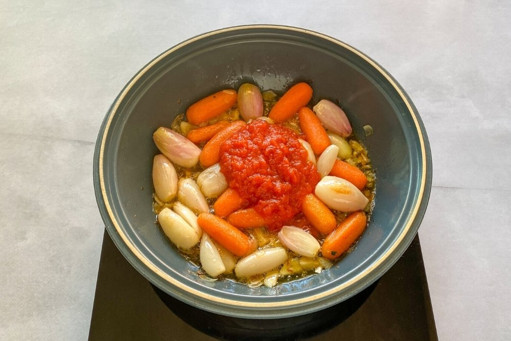 Añadir el tomate al sofrito del ragú o ragout de ternera