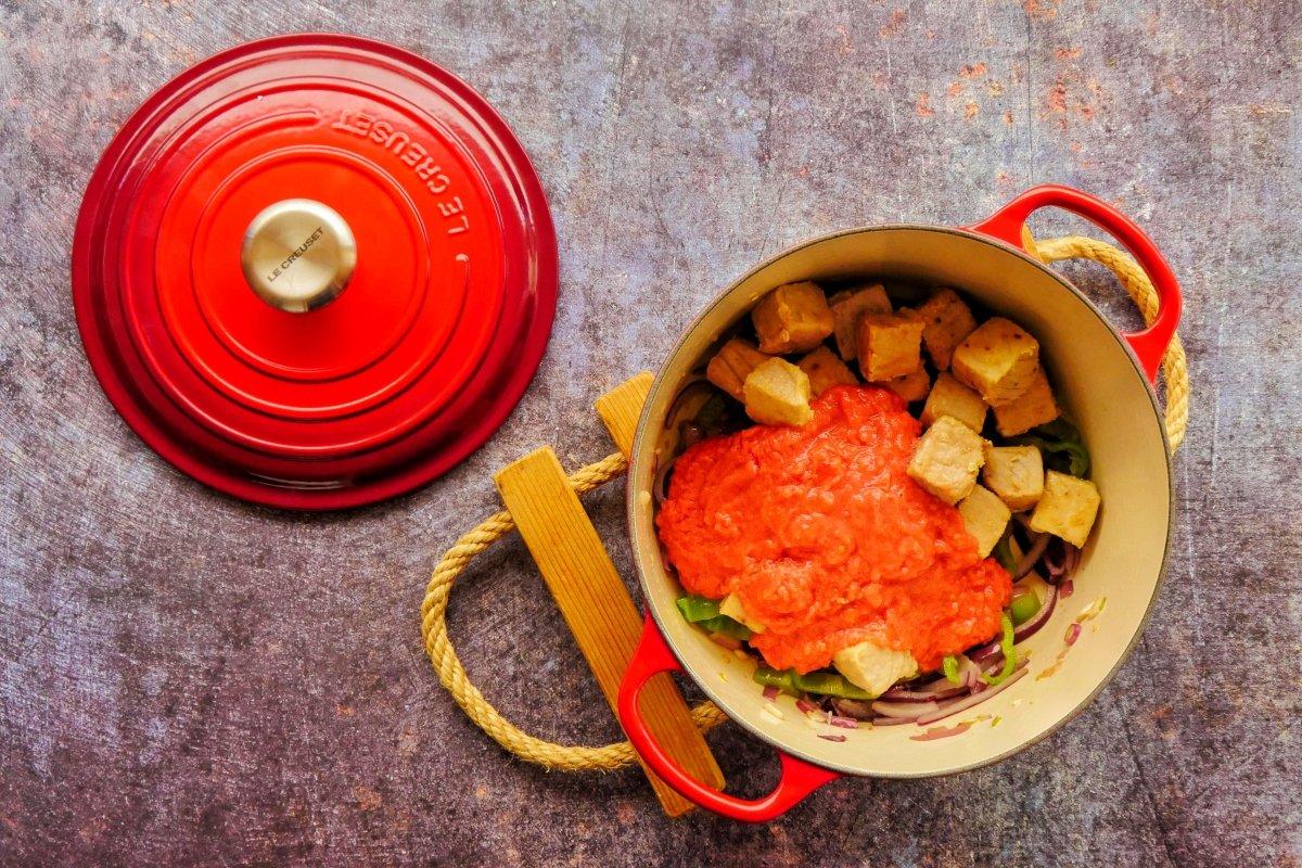 Añadir el tomate triturado