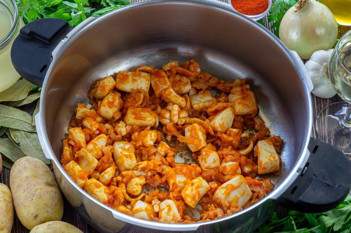 Añadir el tomate y dejar que reduzca